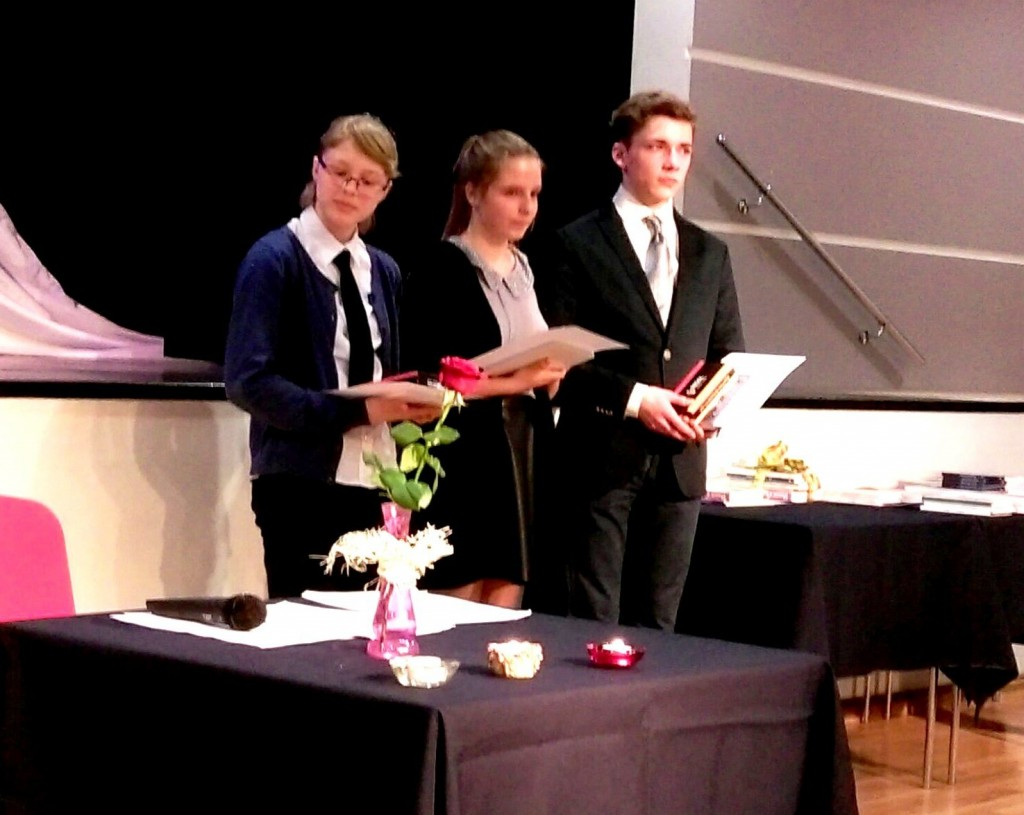 Laureaci Zlotych Piór. Od lewej - Olga Banasik, Laura Chuchla, Adam Cieślewicz. Fot. Edmund muscari Czynszak