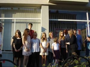 laureaci-konkursu-z-jurorami-i-goscmi-przed-lokalem-towarzystwa-milosnikow-miasta-pily